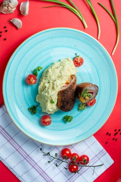 Purée de pommes de terre et rouleaux de viande Photo gratuit
