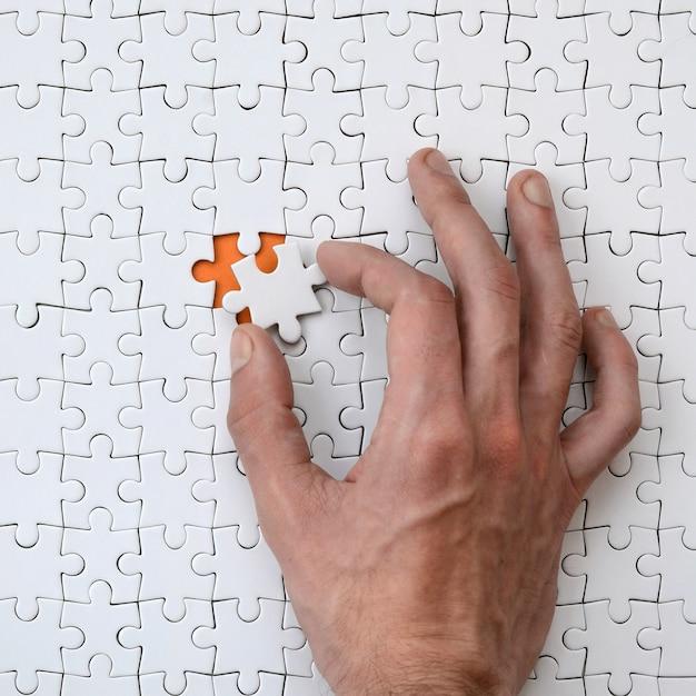 Un puzzle blanc à l'état assemblé Photo Premium