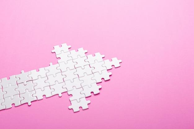 Puzzle blanc. puzzle en forme de flèche Photo Premium