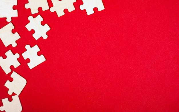 Puzzle En Bois Mosaïque Sur Fond Rouge Vue De Dessus Gros Plan Copie Espace. Photo Premium