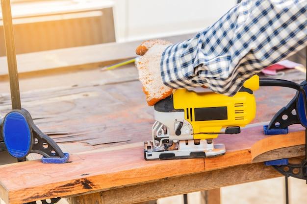 Le puzzle jaune pour le travail du bois Photo Premium