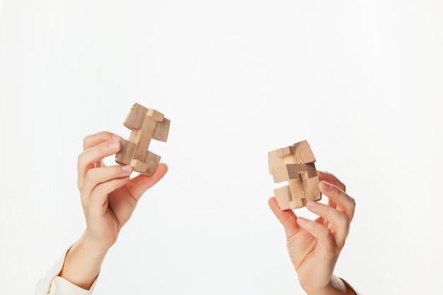 Puzzle En Main Isolé Sur Mur Blanc Photo gratuit