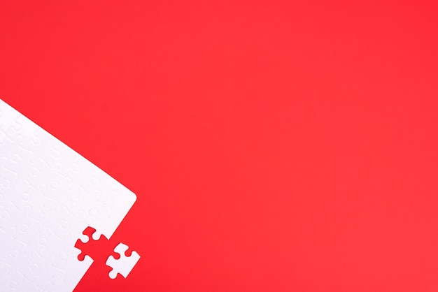Puzzle De Pièces Blanches Sur Fond Rouge Avec Place Pour Votre Texte Photo Premium