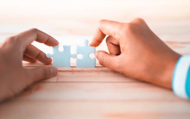 Puzzle reliant par deux mains, solution au concept de réussite Photo Premium