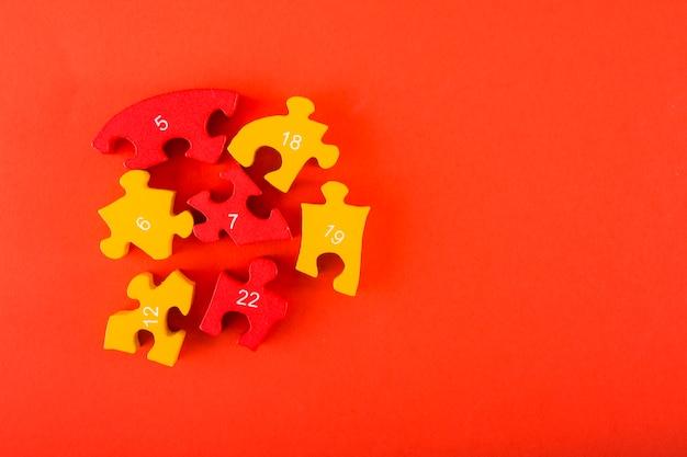 Puzzles avec des chiffres sur fond rouge Photo gratuit
