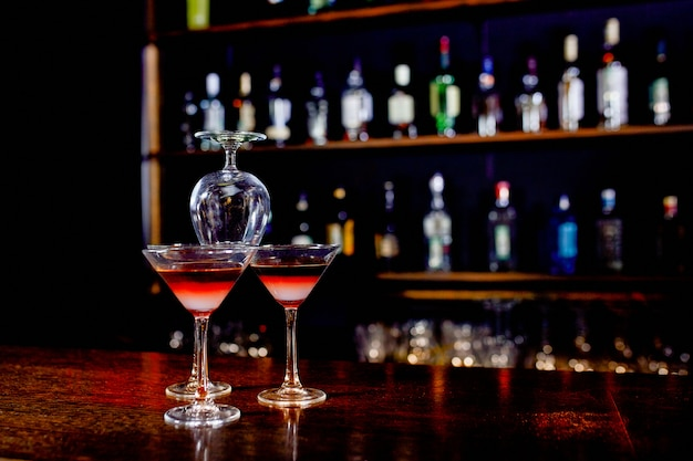 La pyramide de cocktails sur le bar sur un flou du restaurant. Photo Premium