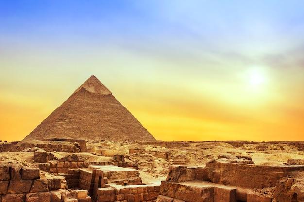 Pyramide de gizeh au coucher du soleil Photo Premium