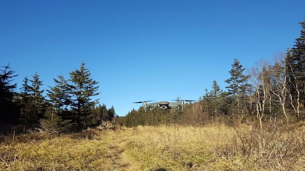 Le Quadcopter Vole Dans Le Ciel Bleu Dans Les Régions Montagneuses. Uav. Technologie Moderne . En Plein Air. Photo Premium