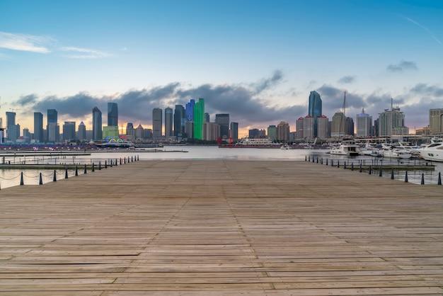 Quai de yacht de la baie de qingdao et paysage architectural urbain Photo Premium