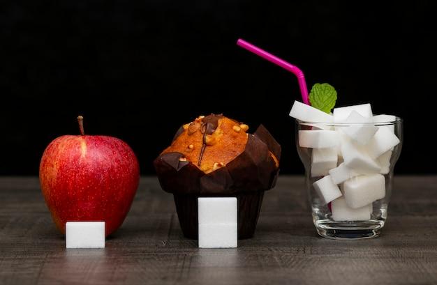 La Quantité De Sucre Dans Le Gâteau Aux Pommes Et Boire, L'image De La Quantité De Sucre Photo Premium