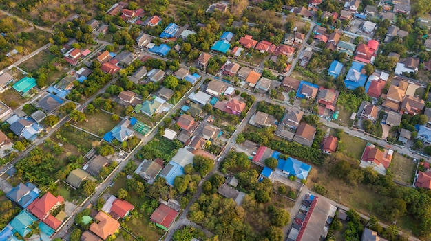Quartier avec maisons d'habitation et allées Photo Premium