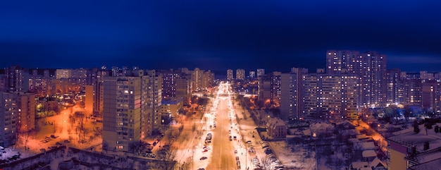 Quartier De La Ville De Nuit. Vue De Drone. Des Lumières Colorées Illuminent Les Rues Et Les Bâtiments. Magnifique Paysage De Nuit De La Ville. Photo Premium