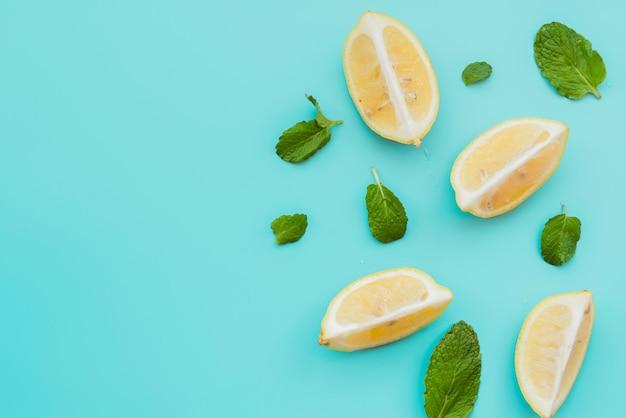 Quartiers de citron et feuilles de menthe sur fond Photo gratuit