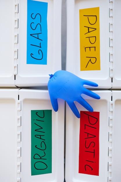 Quatre Bacs En Plastique étiquetés Pour Le Stockage Et Le Tri Des Déchets à La Maison, Avec Un Gant En Caoutchouc Soufflé Sur Le Dessus Photo Premium