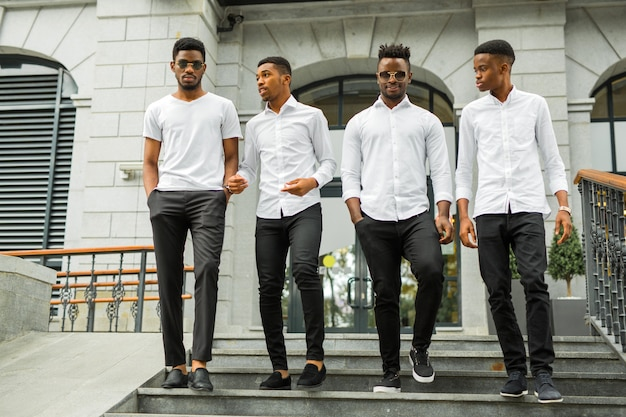 Quatre Beaux Jeunes Hommes Africains En Chemises Blanches Photo Premium