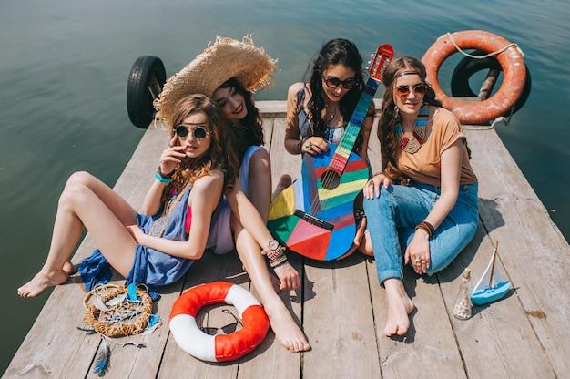 Quatre belles amies sur le quai Photo Premium
