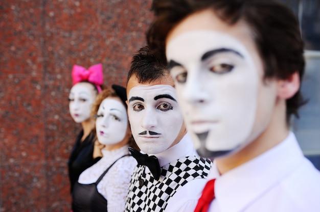 Quatre mimes nous attendent. profil mime Photo Premium