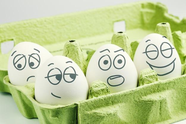 Quatre œufs Dans Une Boîte à œufs Photo Premium