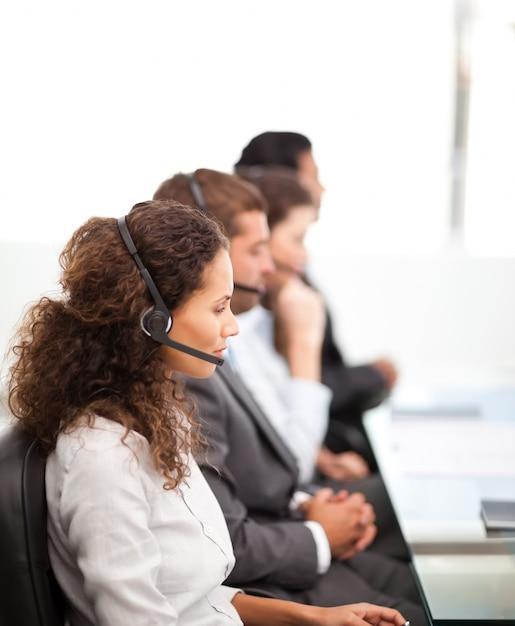 Quatre représentants sur les téléphones avec écouteur sur Photo Premium