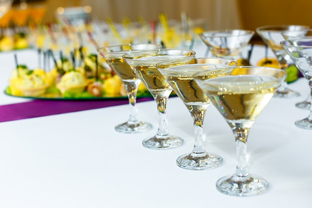Quatre verres de champagne sur la table de banquet Photo Premium
