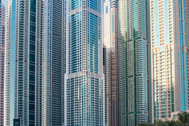 Quelques beaux immeubles de bureaux gratte-ciel Photo Premium