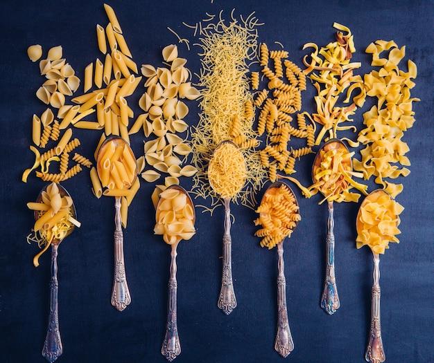 Quelques Macaronis Coupés Sur 7 Cuillères Et Environ Photo gratuit