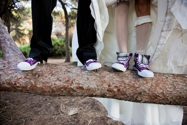 Quelques nouveaux mariages avec des baskets rigolotes et égales. Photo Premium