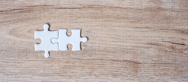 Quelques pièces de puzzle sur fond de table en bois. solutions d'entreprise, objectif de la mission, succès, objectifs, coopération, partenariat et stratégie Photo Premium