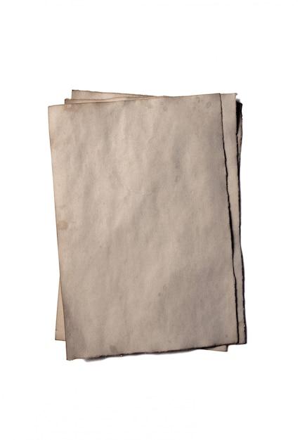Quelques vieux morceaux vierges de manuscrit ou de parchemin en papier émietté d'époque Photo Premium