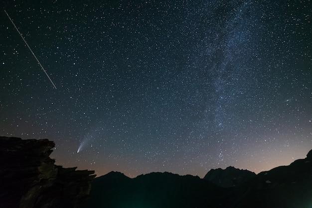 Les Queues Jumelles De La Comète Neowise Brillent Dans Le Ciel Nocturne. Vue Téléobjectif, Détails Des Sentiers Deux étoiles Photo Premium