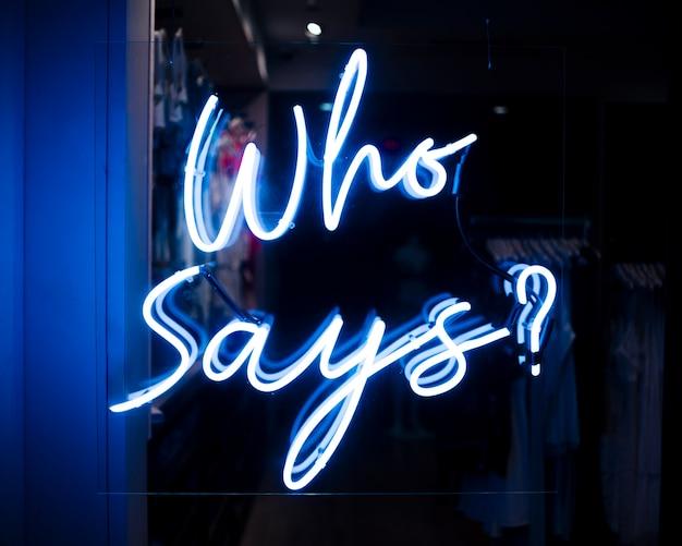 Qui dit? signe de citation dans les néons Photo gratuit