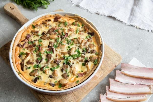 Quiche lorraine faite maison avec poulet, champignons, fromage et bacon. Photo Premium