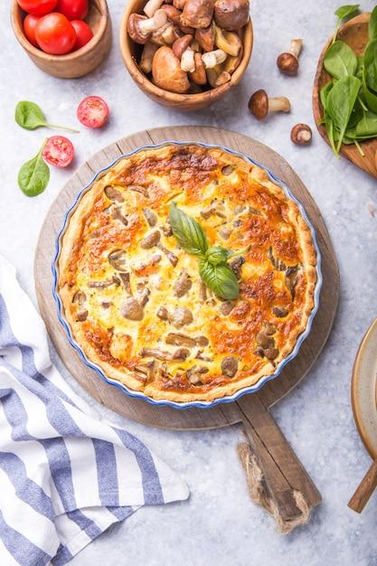 Quiche lorraine faite maison avec poulet, champignons et fromage. vue de dessus. cuisine. épices, beurre. tarte. Photo Premium