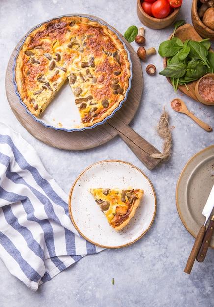 Quiche Lorraine Maison Avec Poulet, Champignons, Fromage. . Cuisine. épices, Beurre. Tarte. Photo Premium