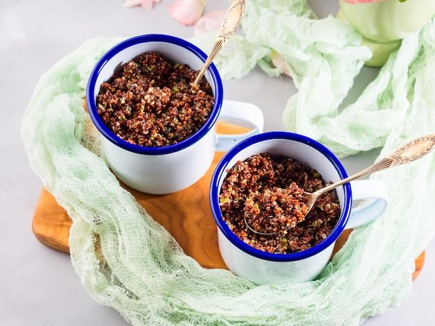 Quinoa rouge avec des légumes dans des tasses Photo Premium