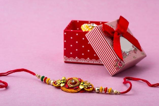 Raakhi Et Un Cadeau Pour La Sœur Offert Par Son Frère à L'occasion De Raksha Bandhan. Festival Indien Raksha Bandhan Avec Un élégant Rakhi. Photo Premium