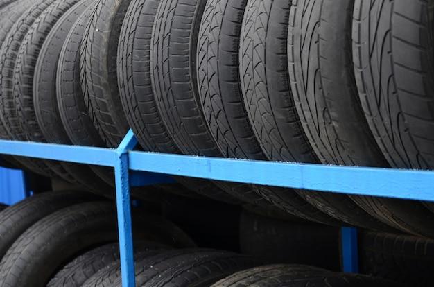 Rack avec une variété de pneus de voiture dans un magasin automobile Photo Premium