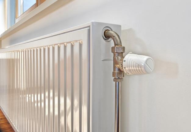 Radiateur blanc dans un appartement. Photo Premium
