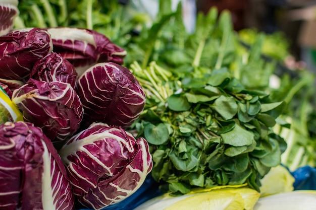 Radicchio et légumes verts au marché Photo gratuit