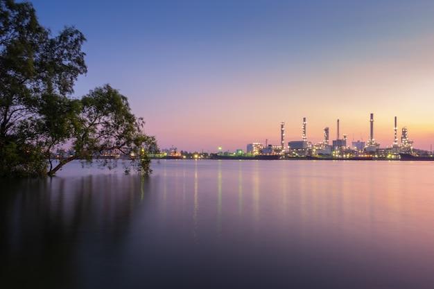 Raffinerie de bangchak vue de la matinée avec la rivière chao phraya, province de samut prakarn, thaïlande Photo Premium