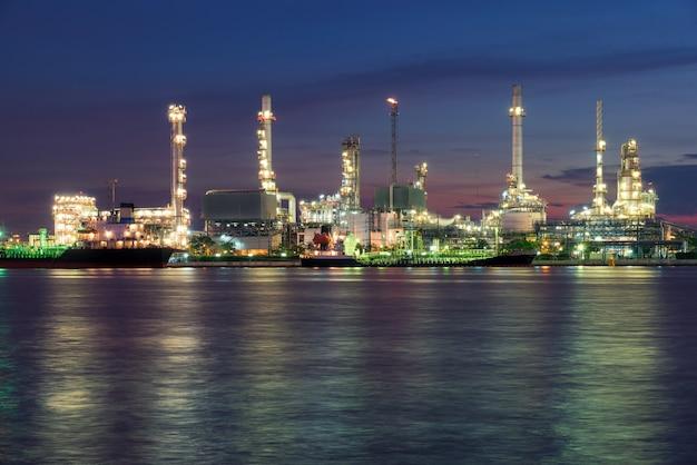 Raffinerie de pétrole ou usine pétrochimique dans la matinée. Photo Premium