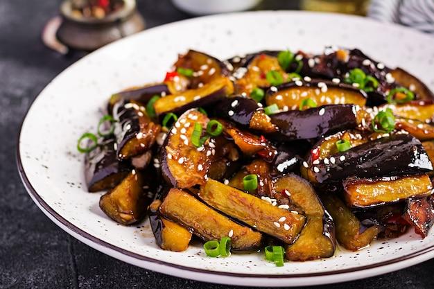 Ragoût D'aubergine épicée à La Coréenne Avec Oignons Verts Photo gratuit