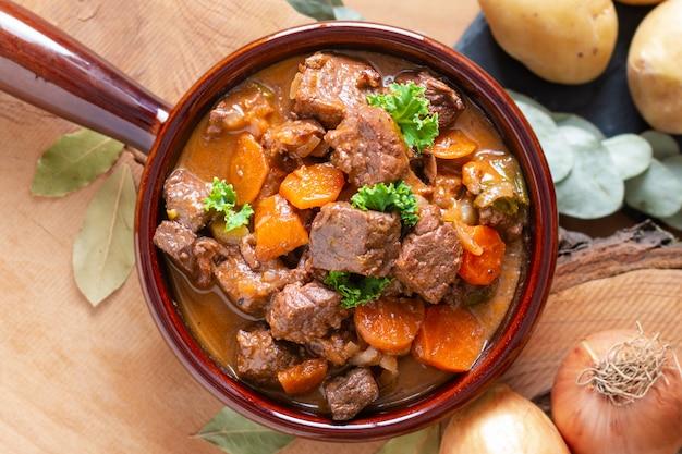 Ragoût de bœuf classique français estouffade de boeuf avec espace copie Photo Premium