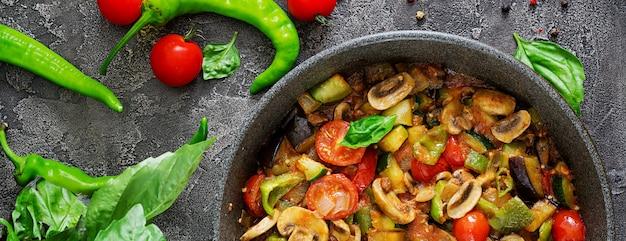 Ragoût Chaud D'aubergine épicée, Poivron, Tomate, Courgette Et Champignons. Mise à Plat. Vue De Dessus. Photo gratuit