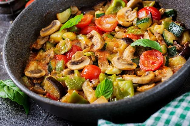 Ragoût Chaud D'aubergine épicée, Poivron, Tomate, Courgette Et Champignons. Photo gratuit