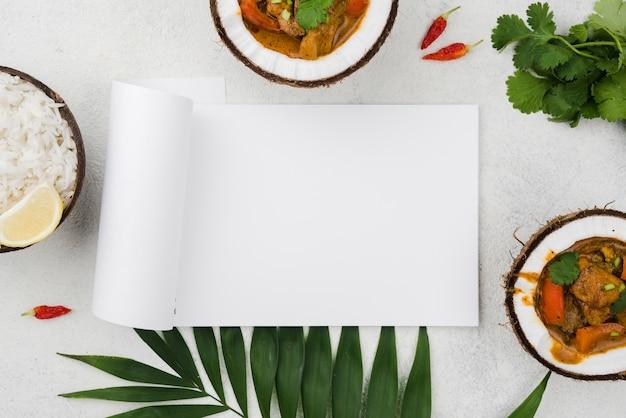 Ragoût Frais Fait Maison Dans Des Assiettes De Noix De Coco Photo gratuit