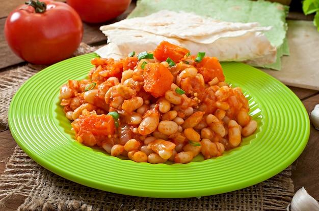 Ragoût De Haricots Blancs Et De Citrouille En Tranches à La Sauce Tomate Photo Premium
