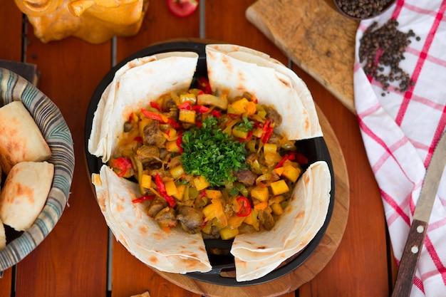 Ragoût de viande de boeuf avec pommes de terre et légumes hachés servis avec lavash. Photo gratuit