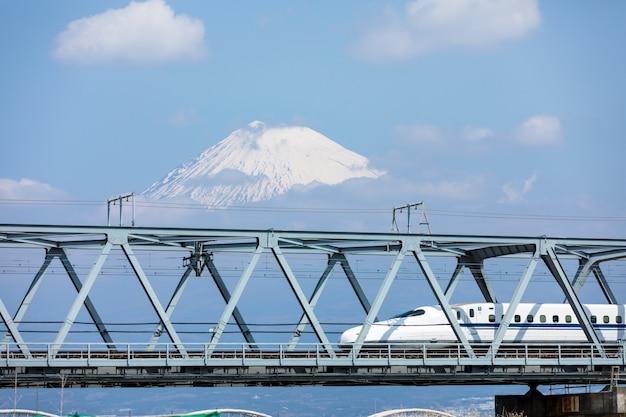 Rail de train shinkansen sur fond de montagne fuji Photo Premium