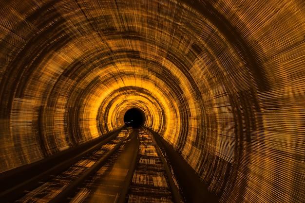 Railroad track in tunnel Photo gratuit